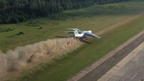 Взлет и посадка на грунт: экипажи Ил-76 показали сложнейший элемент летной подготовки - Sputnik Таджикистан