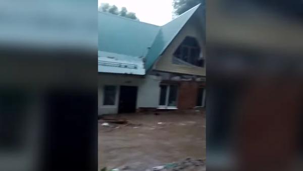 Илюхин дом поехал: очевидец заснял потоп из-за прорыва дамбы в подмосковной Рузе - Sputnik Таджикистан