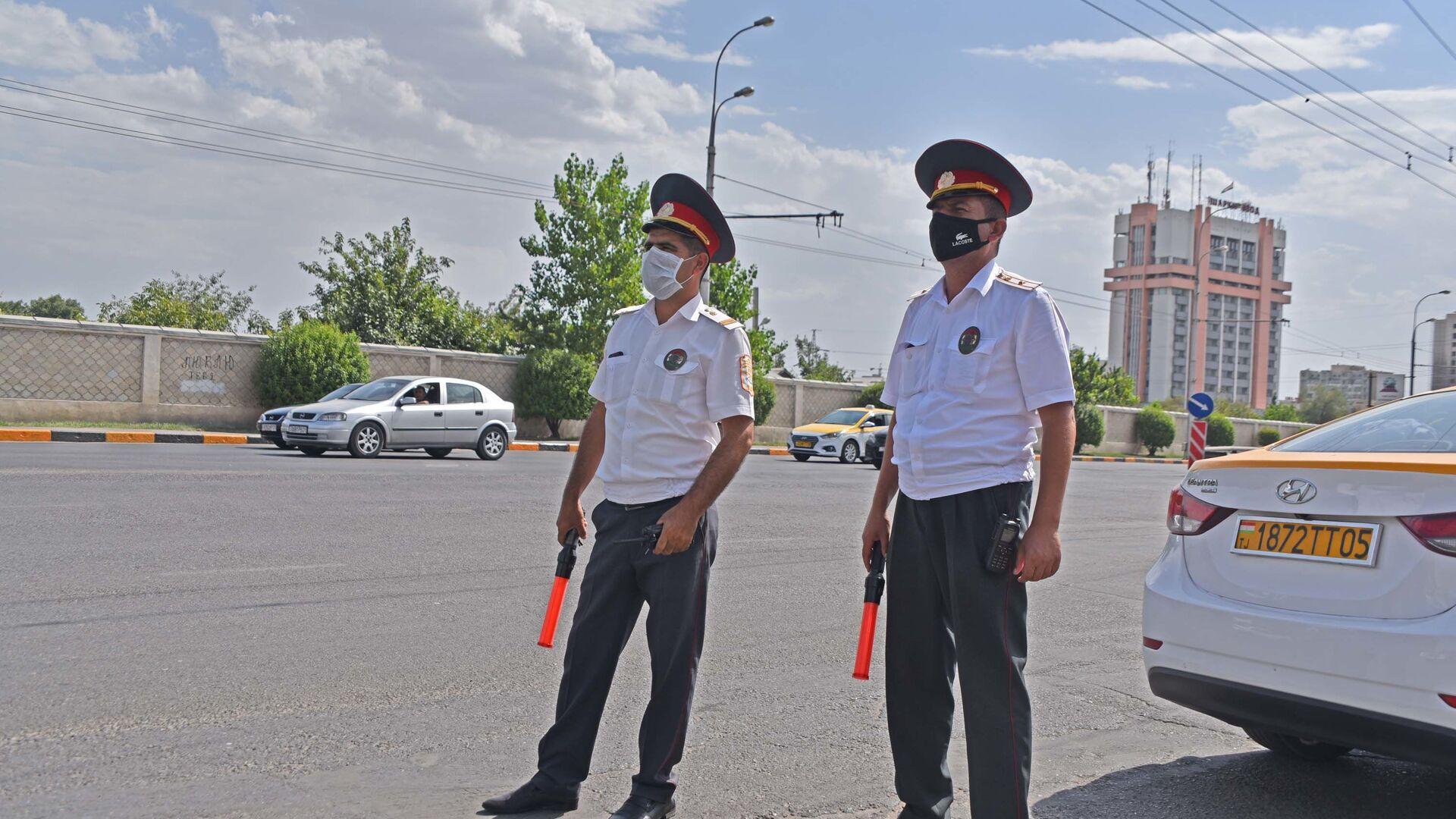 Сотрудники милиции на посту в Душанбе - Sputnik Таджикистан, 1920, 09.06.2021