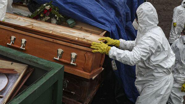 Гробы с умершими от заражения вирусом - Sputnik Таджикистан