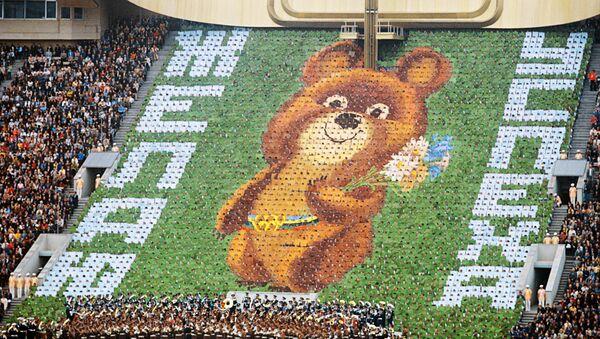 Символ Олимпиады-80  Медвежонок на трибуне  - Sputnik Таджикистан