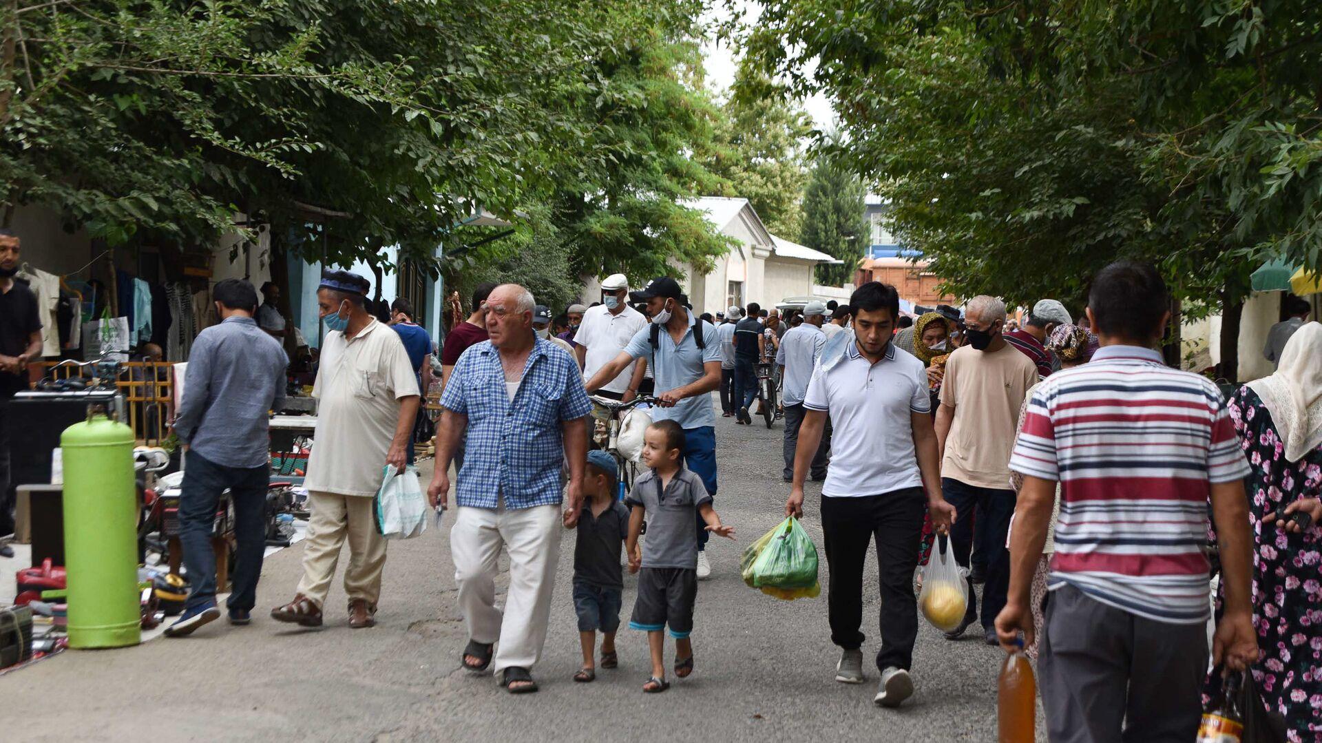 Жители Душанбе на барахолке - Sputnik Таджикистан, 1920, 03.08.2021