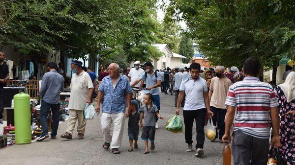 Жители Душанбе на барахолке - Sputnik Тоҷикистон