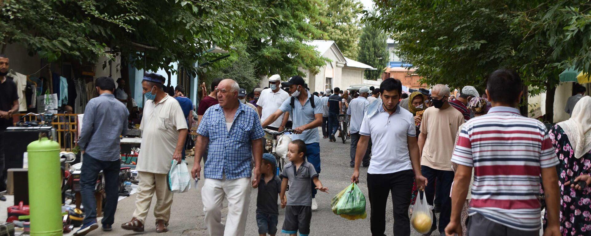 Жители Душанбе на барахолке - Sputnik Таджикистан, 1920, 10.09.2021