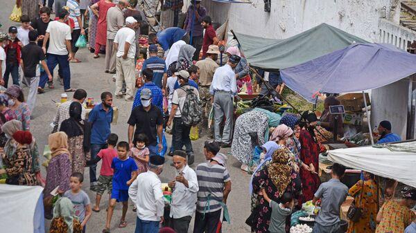 Торговля на барахолке в Душанбе - Sputnik Таджикистан