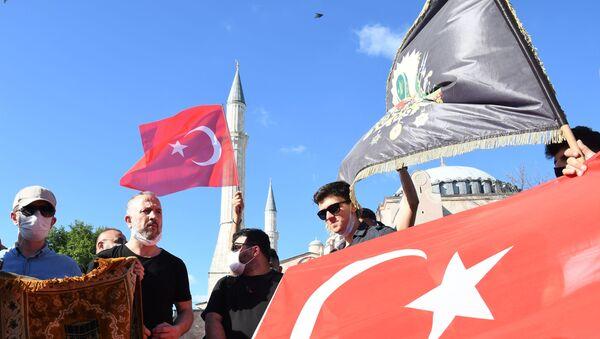 Местные жители с турецкими флагами у собора Святой Софии в Стамбуле - Sputnik Таджикистан
