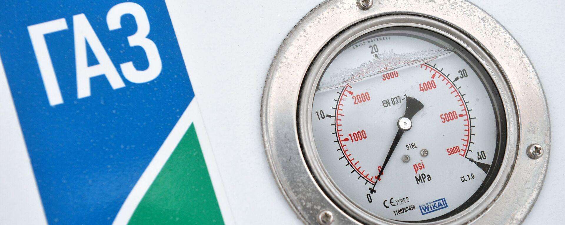 Манометр на заправочной колонке газозаправочной станции - Sputnik Таджикистан, 1920, 25.02.2021