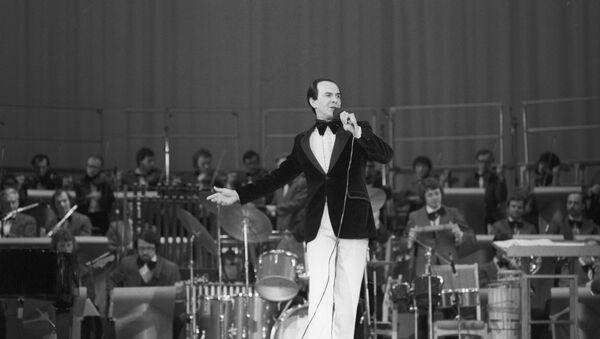 Советский оперный и эстрадный певец, народный артист СССР Муслим Магомаев выступает на концерте в рамках культурной программы Олимпиады-80 - Sputnik Таджикистан