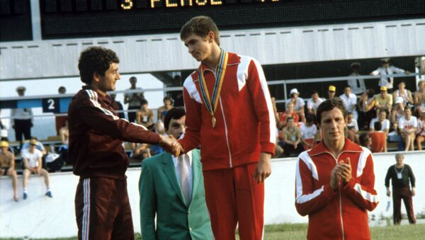 Анатолий Старостин (на пьедестале почета в центре) стал победителем в современном пятиборье на XXII летних Олимпийских играх - Sputnik Тоҷикистон