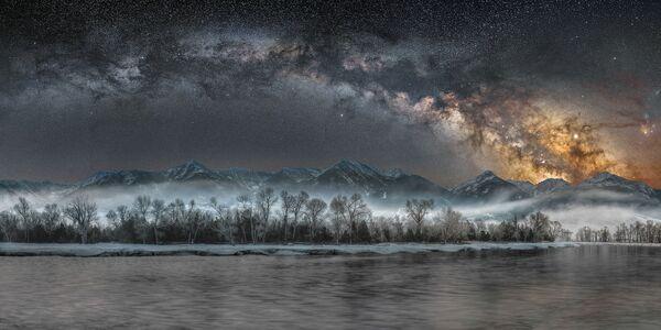 Снимок Cold Night on the Yellowstone американского фотографа Jake Mosher из категории Skyscapes, попавший в шортлист конкурса Insight Investment Astronomy Photographer of the Year 2020  - Sputnik Таджикистан