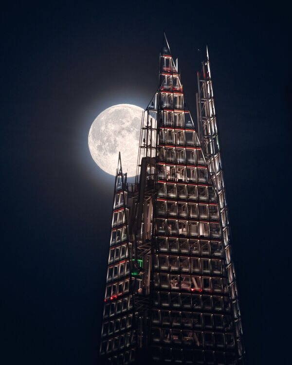 Снимок The Moon and the Shard британского фотографа Mathew Browne из категории Our Moon, попавший в шортлист конкурса Insight Investment Astronomy Photographer of the Year 2020  - Sputnik Таджикистан