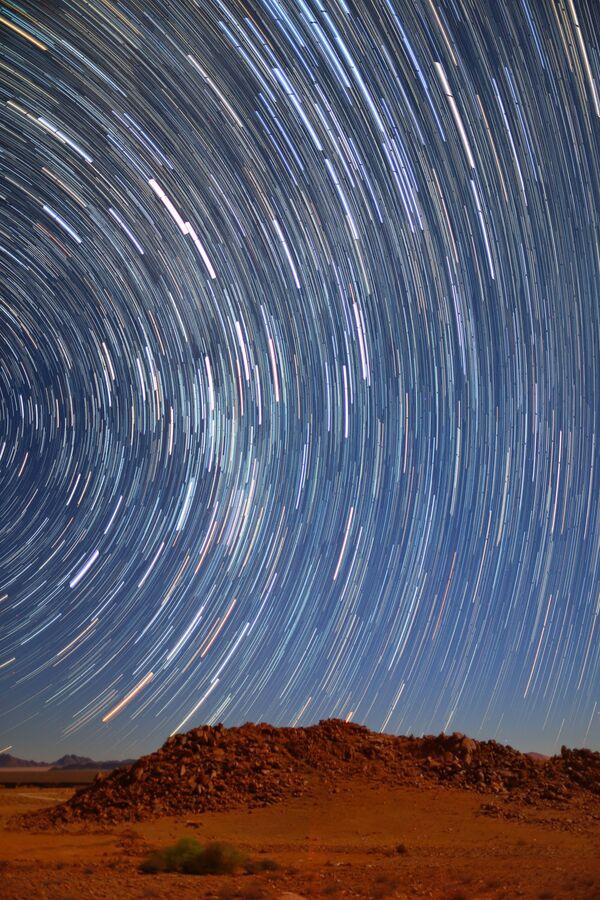 Снимок Startrails in Namib Desert австралийского фотографа Qiqige (Nina) Zhao из категории Young, попавший в шортлист конкурса Insight Investment Astronomy Photographer of the Year 2020  - Sputnik Таджикистан