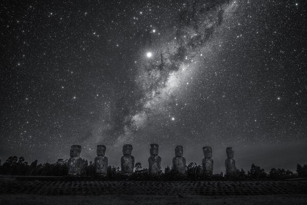 Снимок Stargazing Giant китайского фотографа Dai Jianfeng из категории People & Space, попавший в шортлист конкурса Insight Investment Astronomy Photographer of the Year 2020  - Sputnik Таджикистан