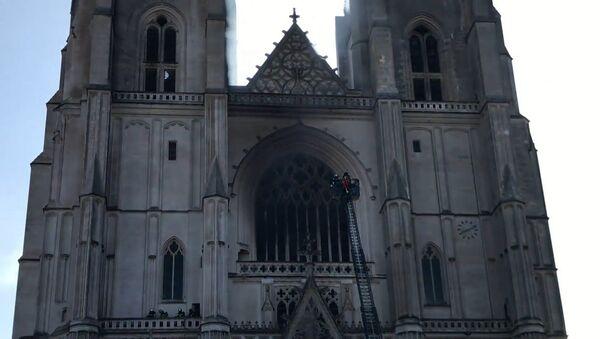 Во Франции произошёл пожар в соборе Святых Петра и Павла XV века — видео - Sputnik Тоҷикистон