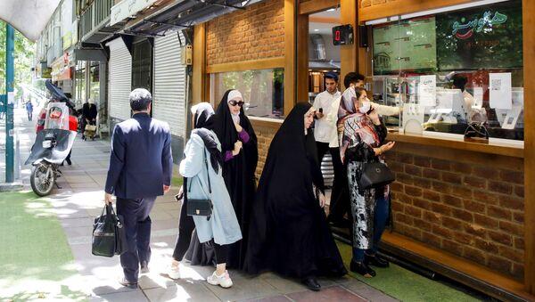 Люди получают заказы в местном ресторане Тегерана - Sputnik Тоҷикистон