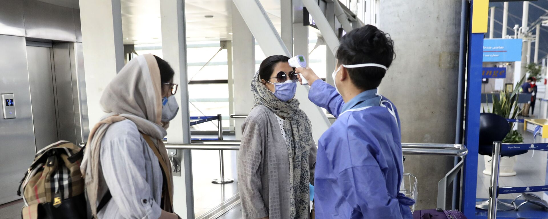 Проверка температуры у прибывших пассажиров в Тегеран - Sputnik Таджикистан, 1920, 02.03.2021
