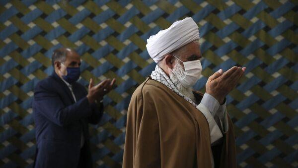 Молящиеся в защитных масках в мечети  - Sputnik Тоҷикистон