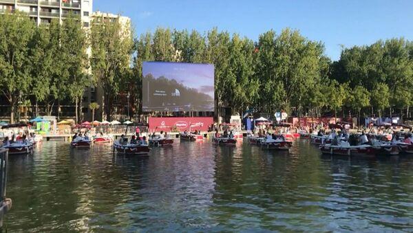 Парижанам предложили смотреть фильмы, сидя в лодках и шезлонгах  - Sputnik Таджикистан