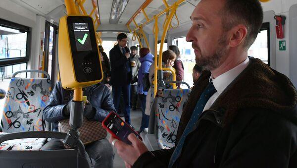 Оплата проезда в наземном транспорте бесконтактным способом, архивное фото - Sputnik Тоҷикистон