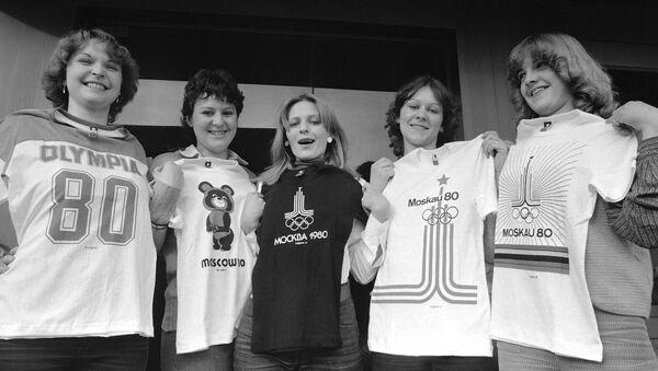 Олимпиада-80: девушки с футболками - Sputnik Таджикистан