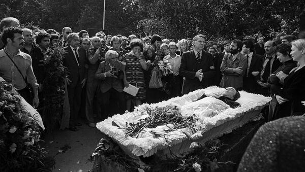 Прощание с Владимиром Высоцким на Ваганьковском кладбище в Москве - Sputnik Таджикистан