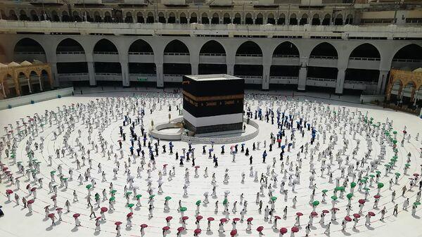 Сотни мусульманских паломников окружают Каабу - Sputnik Тоҷикистон
