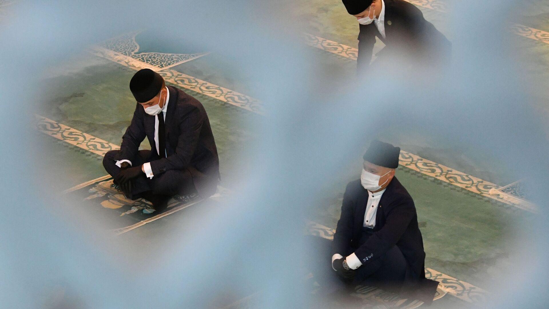 Верующие на богослужении в честь праздника Курбан-байрам в Московской соборной мечети - Sputnik Таджикистан, 1920, 22.06.2021