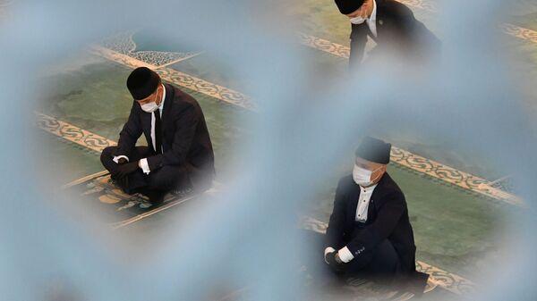 Верующие на богослужении в честь праздника Курбан-байрам в Московской соборной мечети - Sputnik Таджикистан