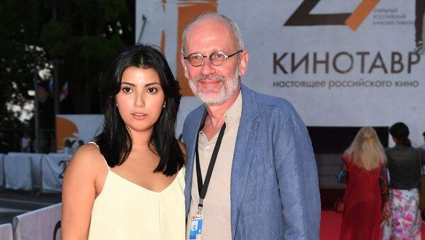 Режиссер, актёр, продюсер и сценарист Александр Гордон и его супруга Нозанин Абдулвасиева - Sputnik Таджикистан