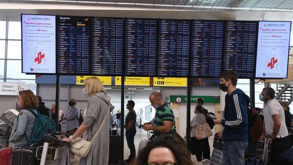 Пассажиры в аэропорту Шереметьево - Sputnik Таджикистан