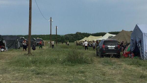 Стихийный палаточный лагерь мигрантов в Оренбургской области на границе РФ и Казахстана - Sputnik Таджикистан