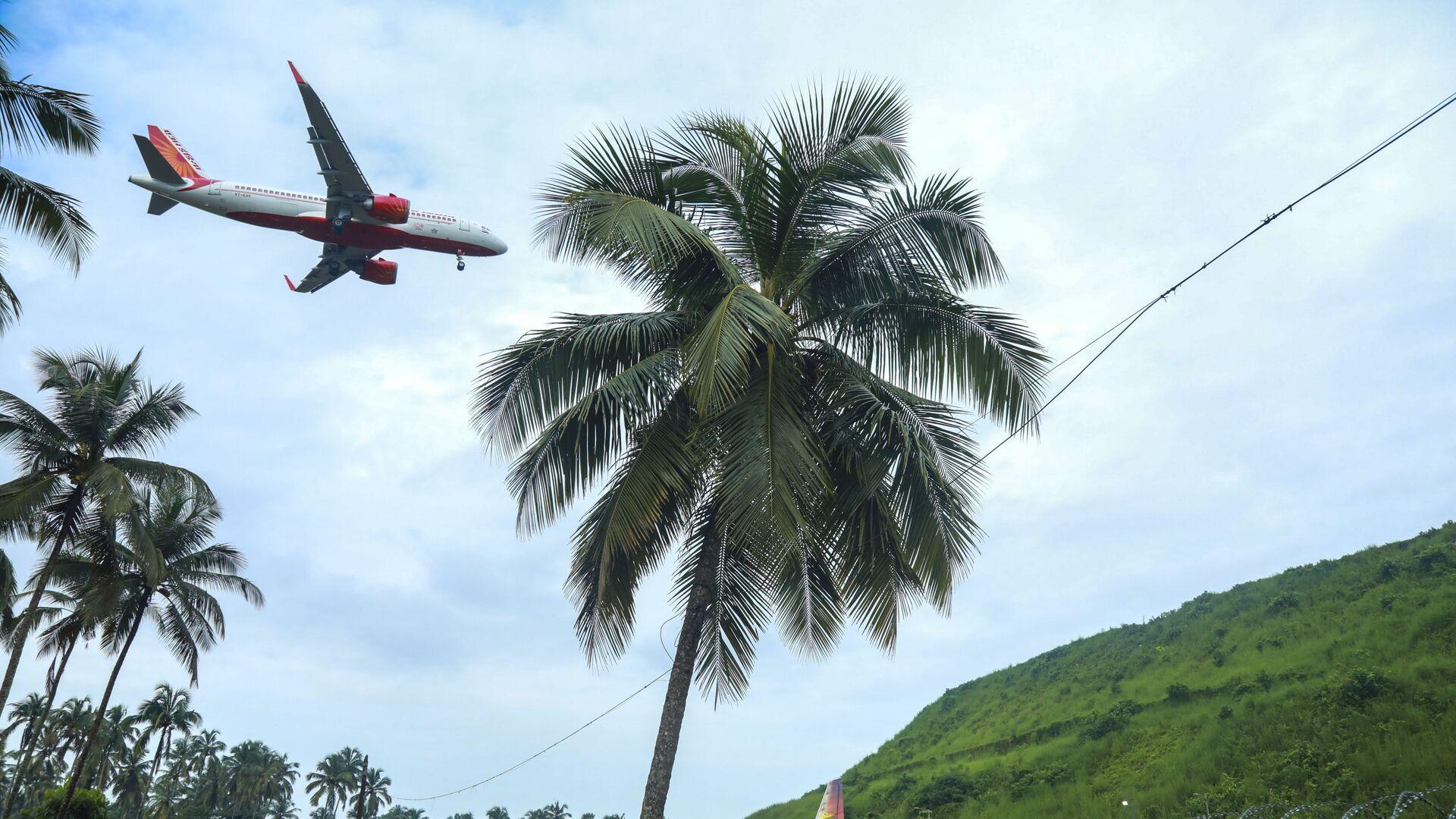 На месте крушения пассажирского самолета Boeing 737 Air India Express в индийском городе Кежикоде, штат Керала, Индия - Sputnik Таджикистан, 1920, 02.07.2021