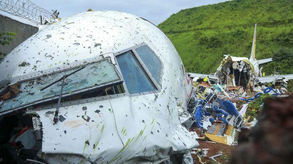 На месте крушения пассажирского самолета Boeing 737 Air India Express в индийском городе Кежикоде, штат Керала, Индия - Sputnik Таджикистан