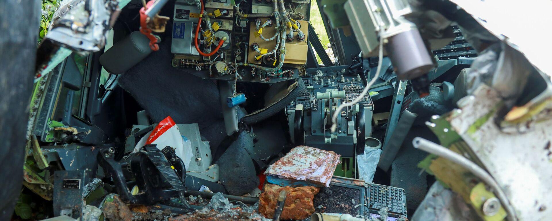 На месте крушения пассажирского самолета Boeing 737 Air India Express в индийском городе Кежикоде, штат Керала, Индия - Sputnik Таджикистан, 1920, 10.06.2021