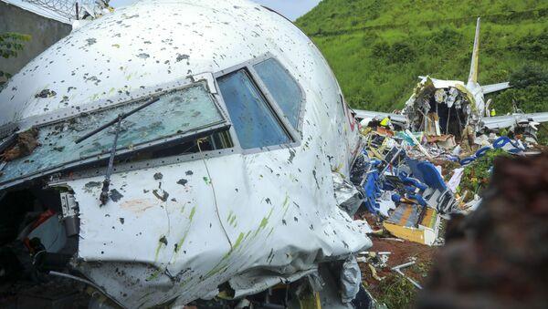 На месте крушения пассажирского самолета Boeing 737 Air India Express в индийском городе Кежикоде, штат Керала, Индия - Sputnik Тоҷикистон