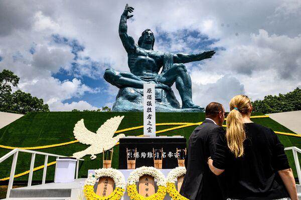 Люди в Парке мира в Нагасаки во время памятных мероприятий  - Sputnik Таджикистан