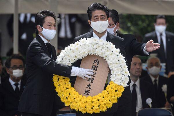Премьер-министр Японии Синдзо Абэ во время памятных мероприятий  в Нагасаки  - Sputnik Таджикистан