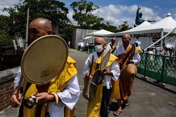 Монахи во время памятных мероприятий  в Нагасаки  - Sputnik Таджикистан