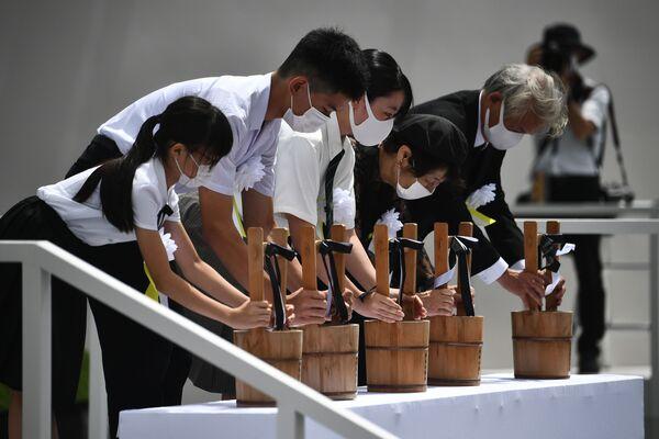 Представители жертв атомной бомбардировки во время памятных мероприятий в Нагасаки - Sputnik Таджикистан