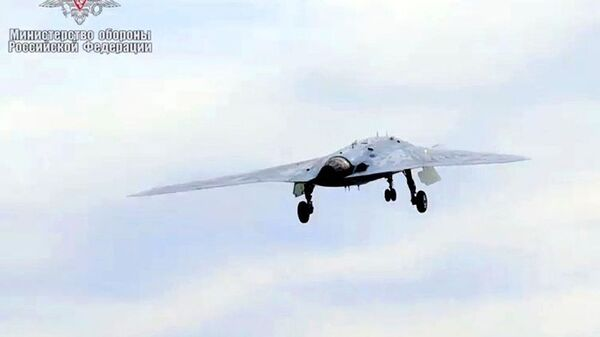 Новейший ударный беспилотник Охотник совершил первый совместный полет с Су-57 - Sputnik Тоҷикистон