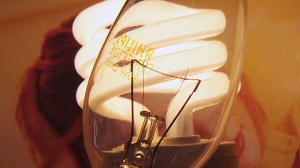 Лампа накаливания и энергосберегающая лампочка. - Sputnik Тоҷикистон
