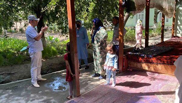 Бригада медицинских работников делает домашний обход жителей Исфары - Sputnik Таджикистан