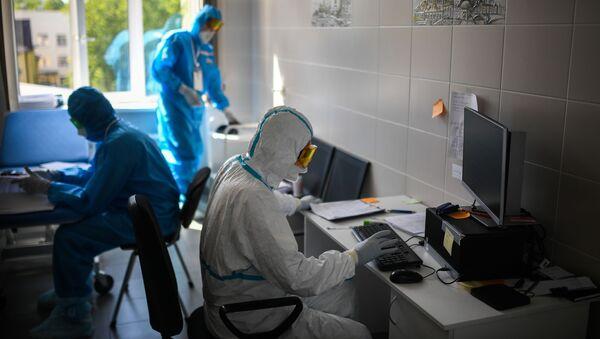 Врачи в ординаторской госпиталя для лечения зараженных коронавирусной инфекцией COVID-19 - Sputnik Таджикистан