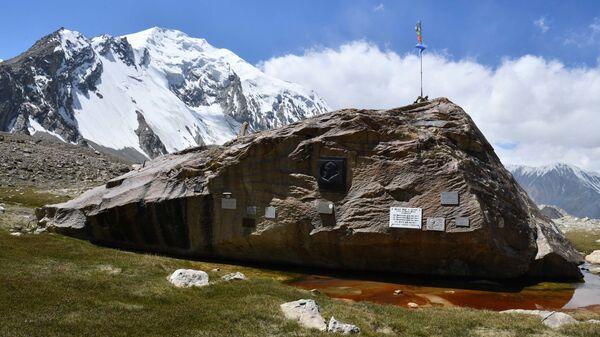 Мемориальные таблички в честь погибших альпинистов  - Sputnik Таджикистан