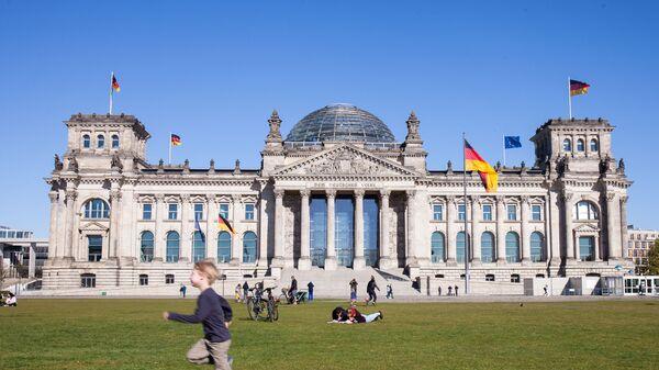 Историческое здание Рейхстага в центре Берлина - Sputnik Таджикистан