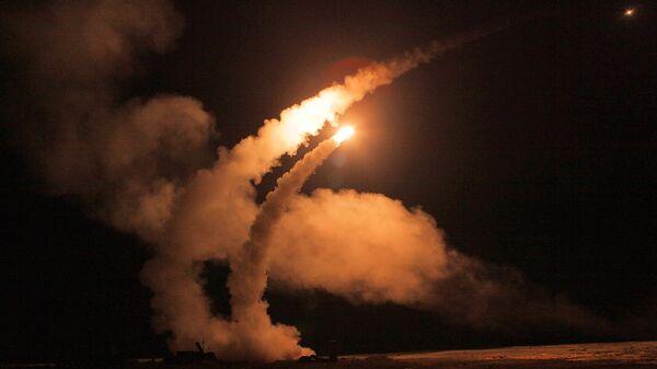 Ночной пуск ракет зенитными ракетными системами С-400 Триумф - Sputnik Таджикистан