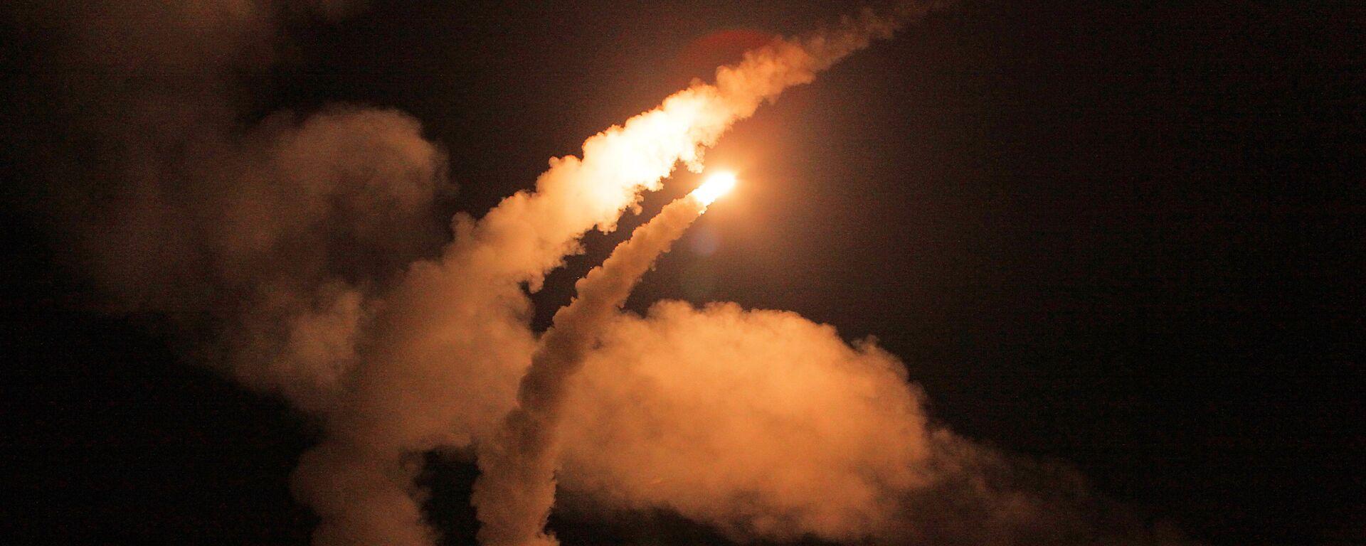 Ночной пуск ракет зенитными ракетными системами С-400 Триумф - Sputnik Таджикистан, 1920, 02.07.2021