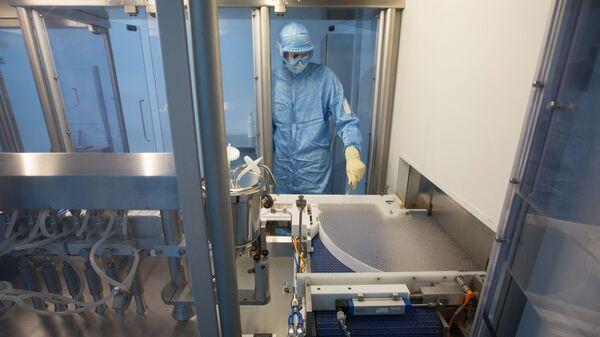 Производство вакцины от COVID-19 на фармацевтическом заводе Биннофарм - Sputnik Тоҷикистон
