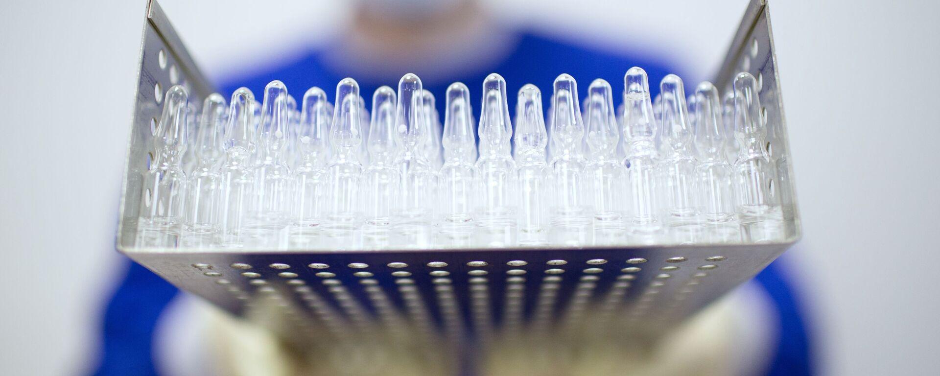 Производство вакцины от COVID-19 на фармацевтическом заводе Биннофарм - Sputnik Таджикистан, 1920, 05.07.2021