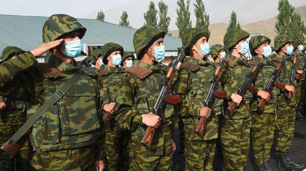 Таджикские солдаты на построении - Sputnik Таджикистан